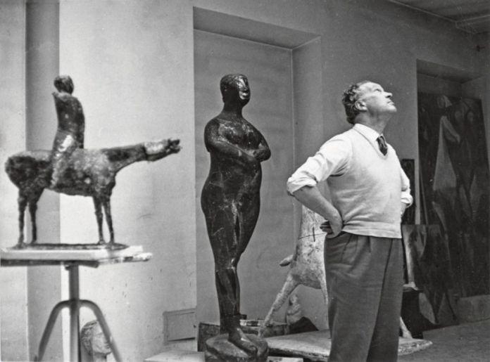 Marino Marini nel suo atelier