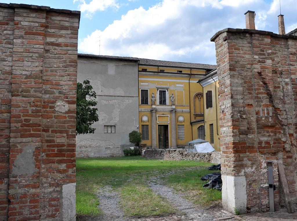 Parma. Il cortile della Cavallerizza con la facciata del tribunale di Petitot