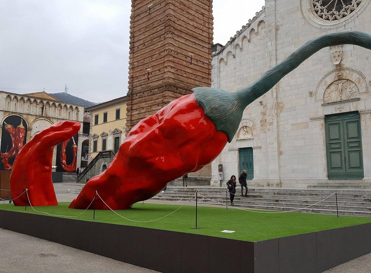 The Red Giant, installazione di Giuseppe Carta a Pietrasanta. Foto by salelecucina