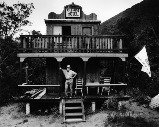Christopher Felver, Ferlinghetti at Old West Hotel, 1981. Collezione dell'artista, Sausalito, California © Chris Felver