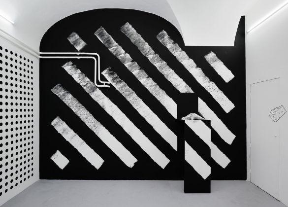 Claudia Comte. La Ligne Claire. Installation view at Basement, Roma. Courtesy the artist & König Galerie, Berlino. Photo Roberto Apa