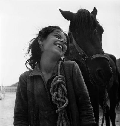 David Seymour, Basilicata. Matera. Un villaggio troglodita. Una giovane contadina porta il cavallo di famiglia dai campi alla casa nei Sassi. Italia. 1948 ©David SeymourMagnum Photos