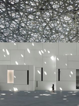 Louvre Abu Dhabi - Interior view © Louvre Abu Dhabi – Photography Roland Halbe