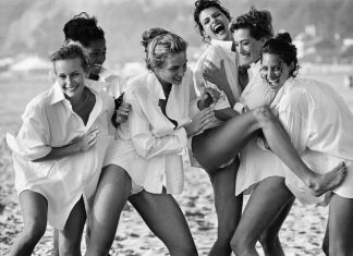 Peter Lindbergh, White Shirts. Estelle Léfebure, Karen Alexander, Rachel Williams, Linda Evangelista, Tatjana Patitz & Christy Turlington, Malibu, 1988 © Peter Lindbergh, courtesy of Peter Lindbergh, Paris & Gagosian Gallery