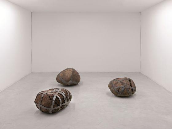 Paolo Icaro, Pietre silenti, 1996, porfido e piombo, 3 pezzi, installazione di misure variabili. Courtesy l'artista e P420, Bologna (Ph. Michele Alberto Sereni)