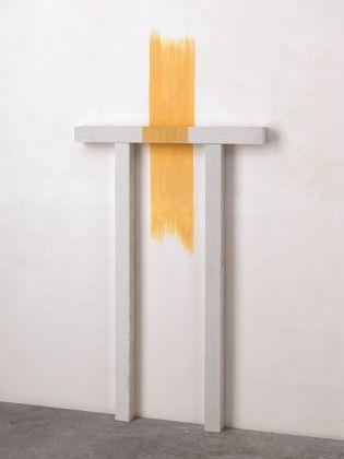 Paolo Icaro, Yellow Site, 1980, gesso e pigmento, cm 138 x 87 x 8, Courtesy l'artista e P420, Bologna (Ph Michele Alberto Sereni)