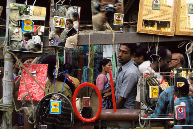 Raghubir Singh, Pavement, Mirror Shop, Howrah, West Bengal, 1991