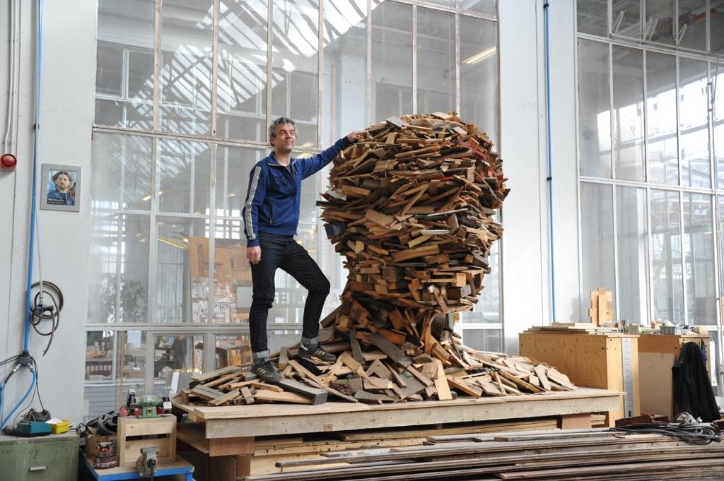 Ritratto del designer Piet Hein Eek nel suo quartier generale ad Eindhoven