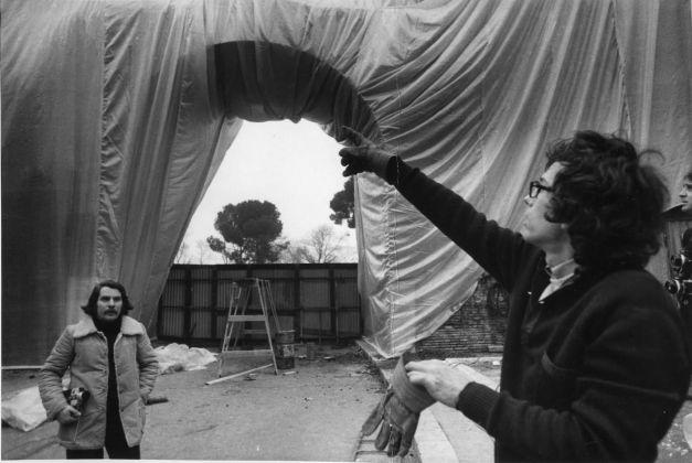 Porta Pinciana durante l'intervento di Christo, Il Museo del Louvre
