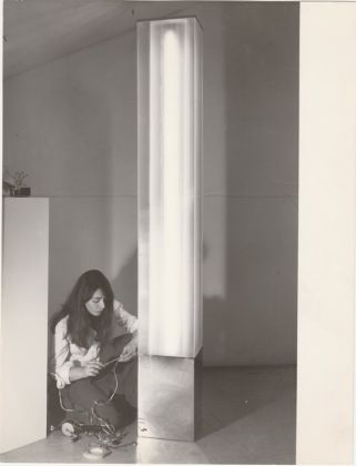 Laura Grisi mentre lavora a Sunset Light:working on Sunset Light, 1968