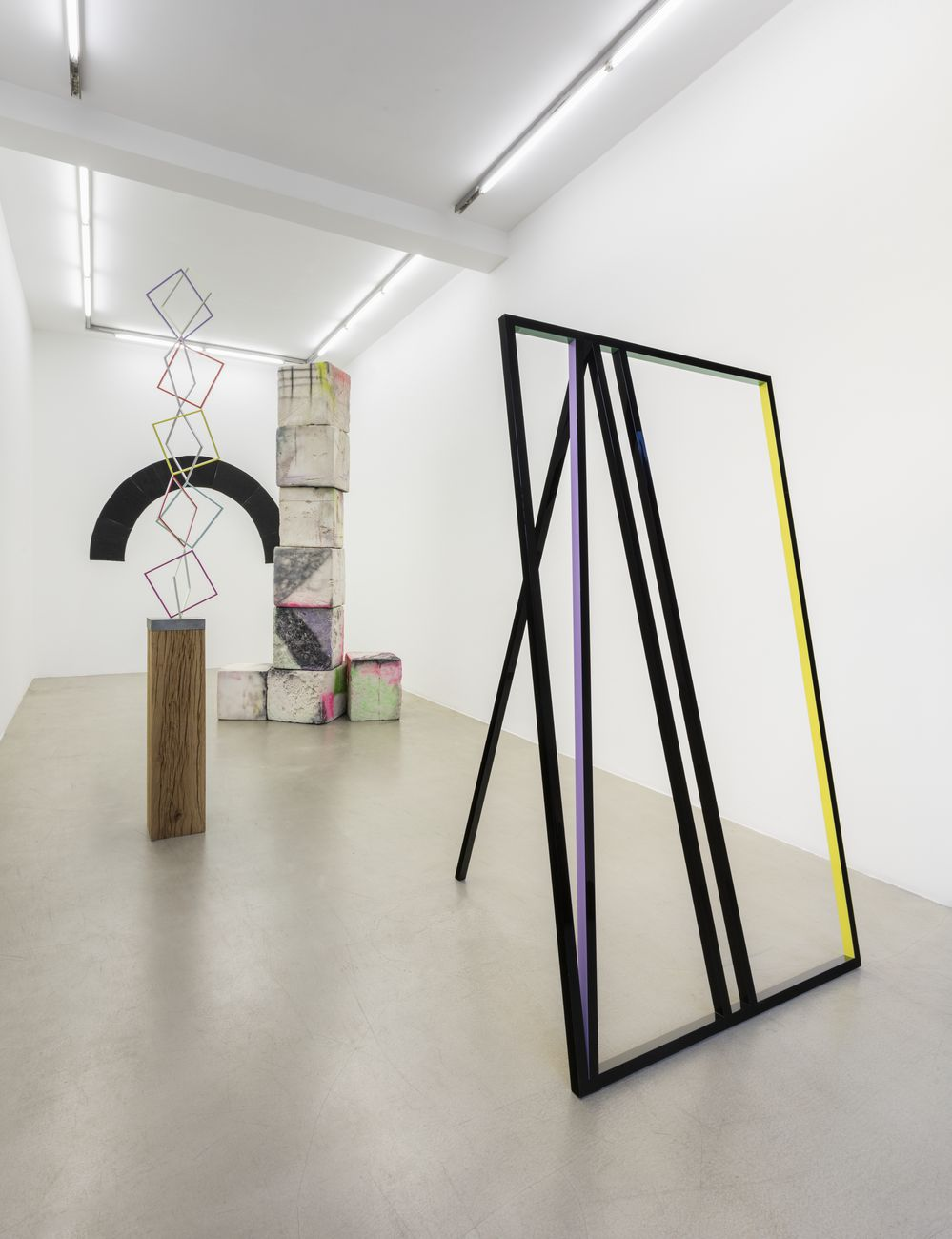 Eva Rothschild. Exhibition view at kaufmann repetto, Milano 2017. Courtesy of the artist and kaufmann repetto, Milano New York. Photo Andrea Rossetti