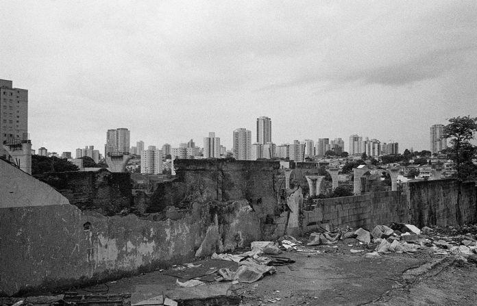 Fora de Alcance, IMS. São Paulo - Vila Congonhas © Mauro Restiffe