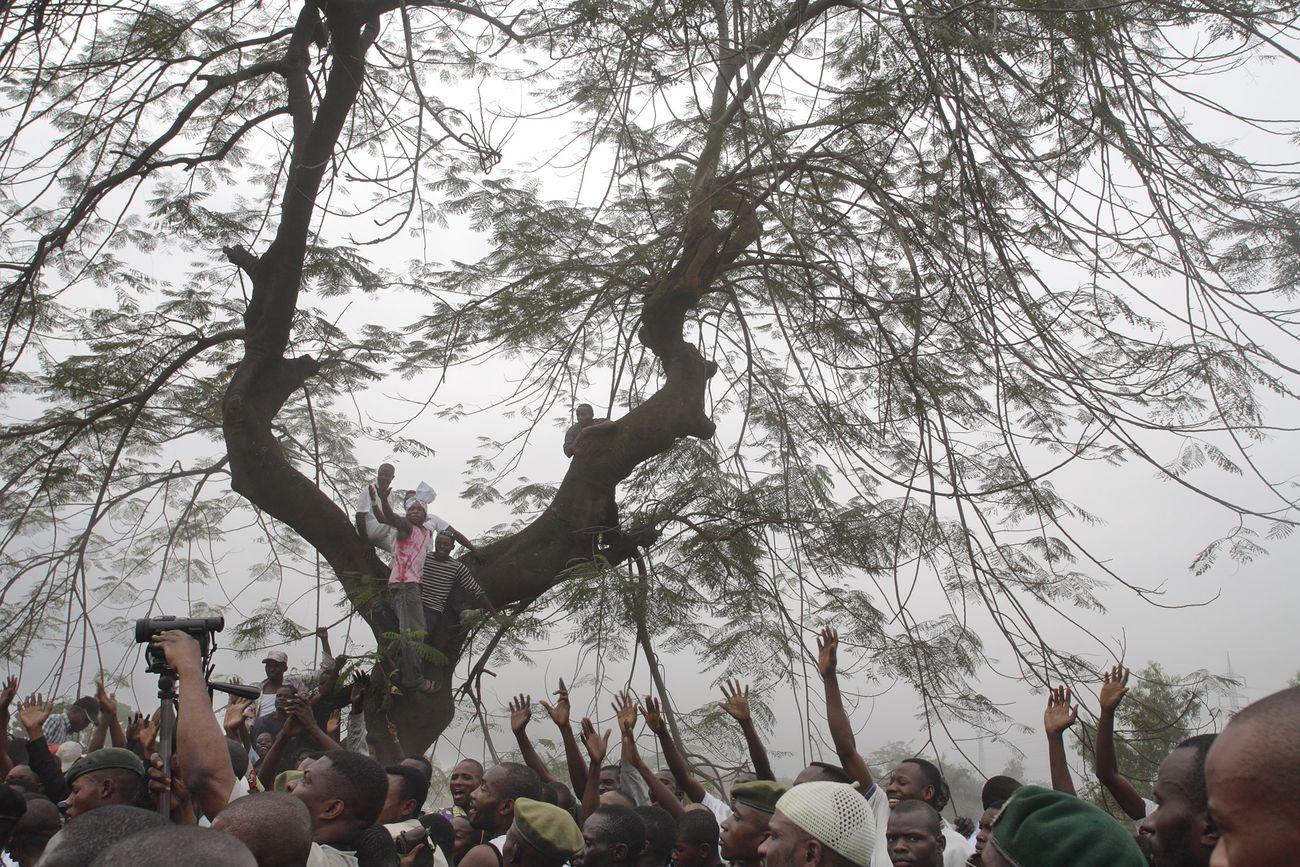"""Guy Tillim, Supporters of Jean-Pierre Bemba line a road as he walks to a rally from the airport, Kinshasa, 2006 dalla serie """"Congo Democratic"""" © l'artista, courtesy Fondazione Cassa di Risparmio di Modena"""