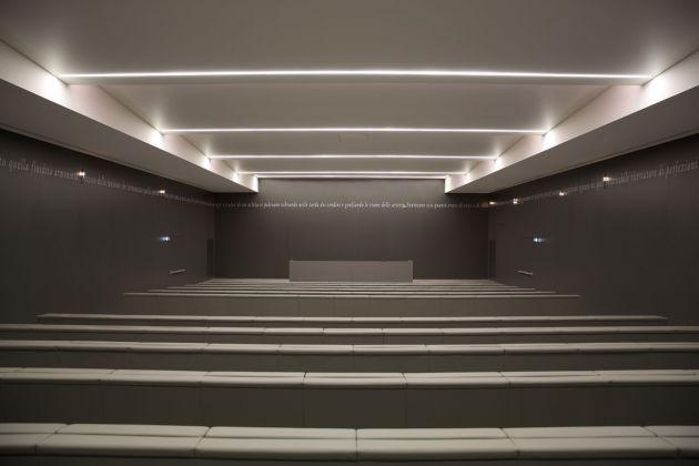 Joseph Kosuth, Un'Osservazione Grammaticale #10, Pescara, 2012. Auditorium Villa Serena, Città Sant'Angelo 2017. Photo Francesco Di Cosimo