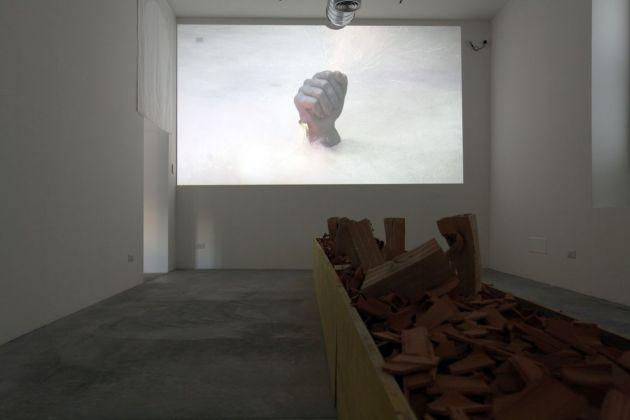 Loredana Longo, Fist, 2017. Still da video. Courtesy Francesco Pantaleone, Milano
