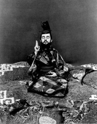 Maurice Guibert, Henri de Toulouse-Lautrec in abiti giapponesi che si finge strabico, 1892 ca., fotografia, Musée Toulouse-Lautrec, Albi
