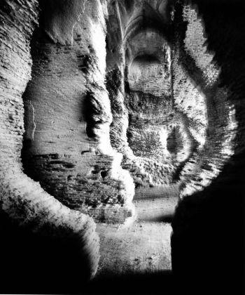 Mimmo Jodice, Anfiteatro romano, Capua, 1992 © l'artista, courtesy Fondazione Cassa di Risparmio di Modena