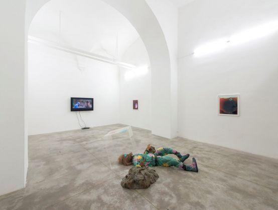 Nathaniel Mellors, Escape from Neolithic, 2017. Installation view at Monitor, Roma 2017. Photo credit Giorgio Benni. Courtesy l'artista & Monitor, Roma Lisbona