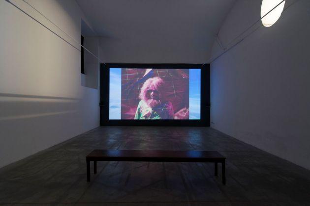 Nathaniel Mellors, Neanderthal Container, 2014, still da video. Photo credit Giorgio Benni. Courtesy l'artista & Monitor, Roma Lisbona