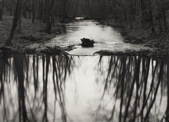 Paul Caponigro, Reflecting Stream, Redding, CT, 1969 © l'artista, courtesy Fondazione Cassa di Risparmio di Modena