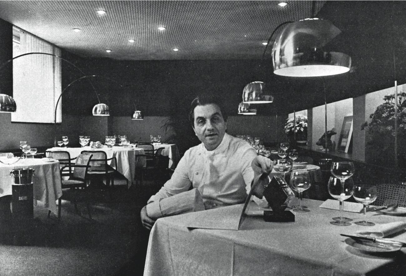 Gualtiero Marchesi nel suo ristorante in via Bonvesin de la Riva tra opere di Castiglioni e Pomodoro
