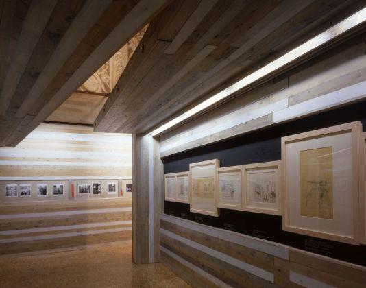 """Umberto Riva, Allestimento della mostra """"Carlo Scarpa nella fotografia. Racconti di architetture (1950-2004)"""", Palazzo Barbarano, Vicenza, 2004. (Foto Paola De Pietri)"""