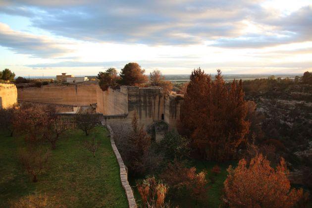 Vista sulla gravina, sulla cava e sulla chiesa rupestre di Sant'Andrea; foto di Saverio Campanella