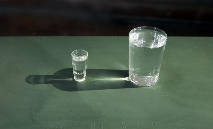 Luca Pancrazzi, Bottiglia Perfetta, 2007-2012, Due bicchieri di dimensioni diverse, spot. Courtesy l'artista