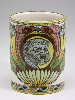 Achille Calzi, Boccale con volto maschile incorniciato da motivi a palme fiorite, 1918-19, maiolica, collezione MIC Faenza