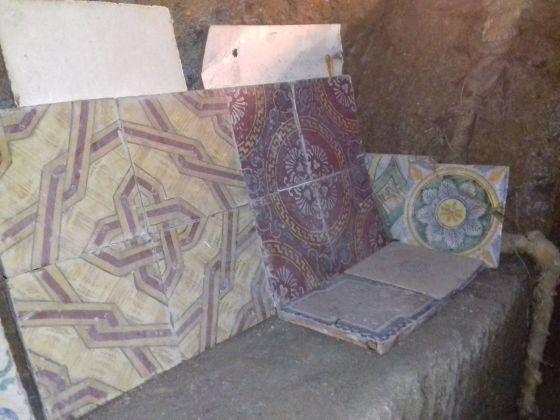 Acquaquiglia del Pozzaro. Alcune delle numerose maioliche trovate negli scavi. Photo © Fabio Pariante