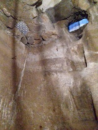 Acquaquiglia del Pozzaro. Secondo pozzo rinvenuto. Ben visibili le grappiate, ossia i fori che permettevano ai pozzari di entrare e uscire dai pozzi. Photo © Fabio Pariante