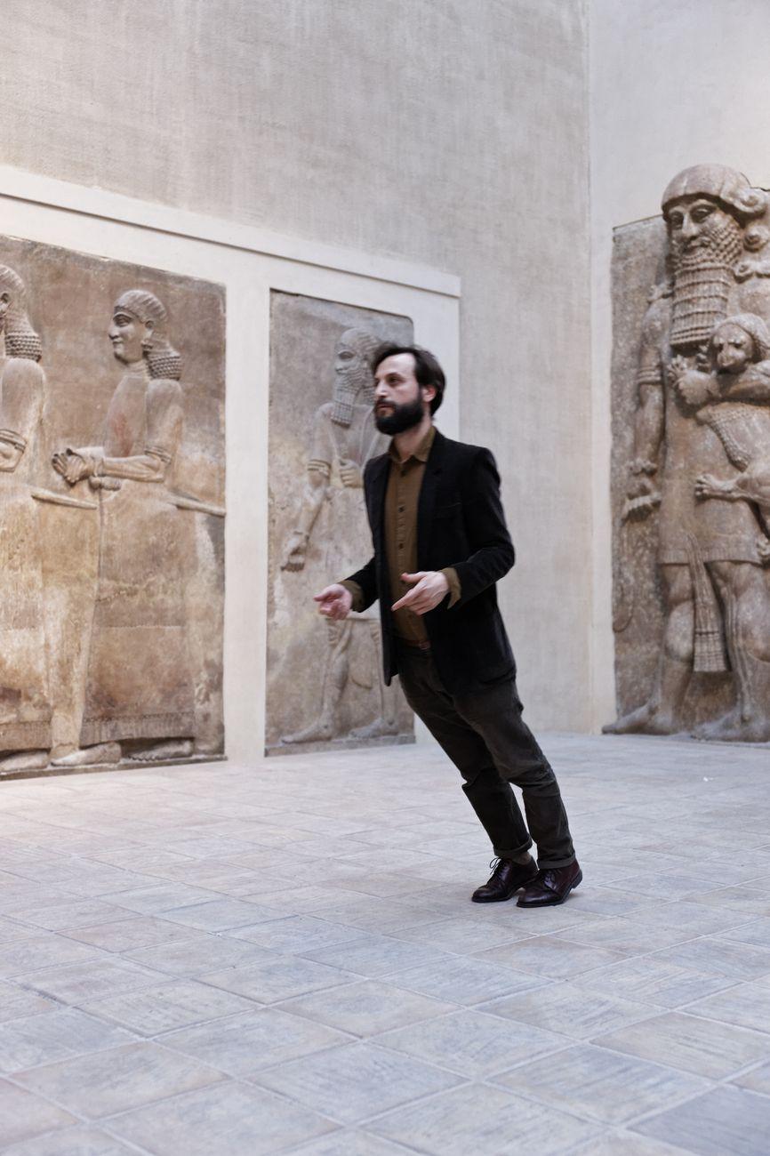 Alex Cecchetti, performance al Louvre di Parigi. Photo credit Aurélien Mole