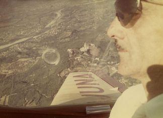 Anonimo, Carlo Mollino in aereo, 1950-60 ca. Politecnico di Torino, sezione Archivi biblioteca Roberto Gabetti, Fondo Carlo Mollino