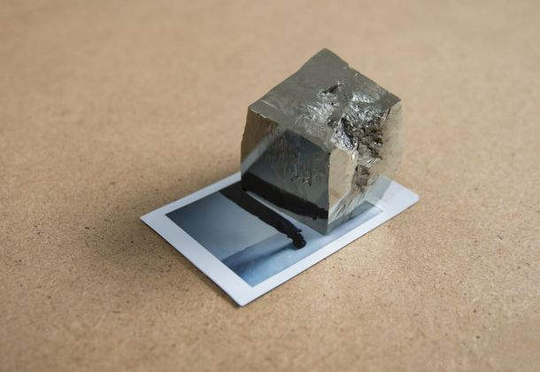 Antonio Della Guardia, Permanent illusion, 2017, polaroid e pirite, 9 x 6 x 5 cm