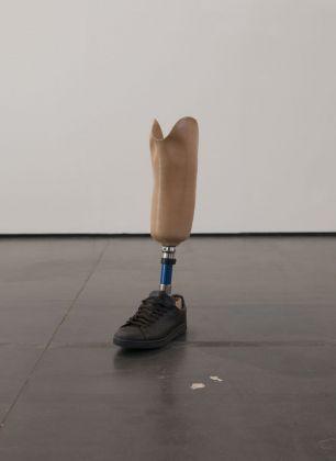 Antonio Della Guardia, do ut des, 2017, protesi, scarpa, acqua, 60 x 15 x 30 cm