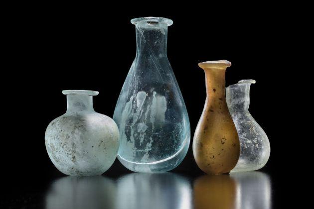 Balsamari in vetro colorato dalle necropoli di Mutina. Modena, Musei Civici