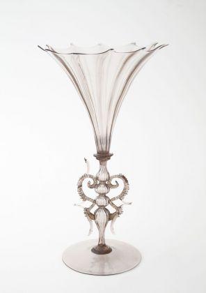 Calice in vetro fumé con nervature a stampo e manichetti con foglia d'oro ornati da morise. Manifattura Salviati & Co., 1873-77. Courtesy MUVE, Venezia