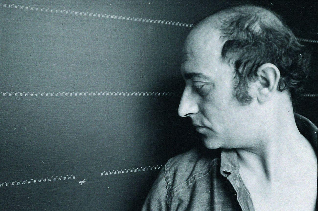"""Carlo Alfano e un'opera della serie """"Frammenti di un autoritratto anonimo"""", 1972. Photo Luciano d'Alessandro. Courtesy Archivio Alfano"""