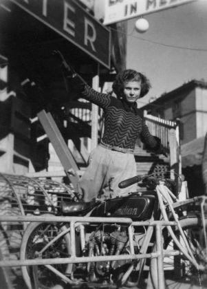 Carlo Mollino, Troupe acrobatica in Piazza Vittorio Veneto a Torino, 1934 ca. Politecnico di Torino, sezione Archivi biblioteca Roberto Gabetti, Fondo Carlo Mollino
