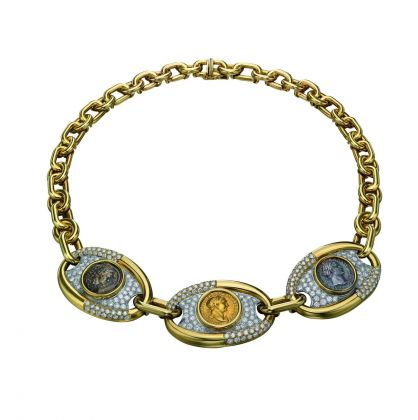 Collana in oro con un denario in argento, un aureo in oro e un quadrante in bronzo raffiguranti Traiano e pavé di diamanti, 1975 ca. Bulgari Heritage Collection