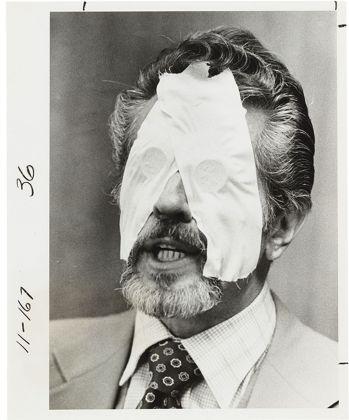 Fotografia del dottor R. L. Noran, professionista di percezioni extrasensoriali, con due monete da mezzo dollaro incollate sugli occhi con il nastro adesivo, 1978 ca. Collezione Tony Oursler