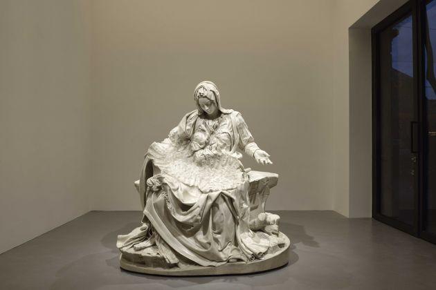 Fabio Viale, Pietà senza Cristo, 2018 -Galleria Poggiali, Milano