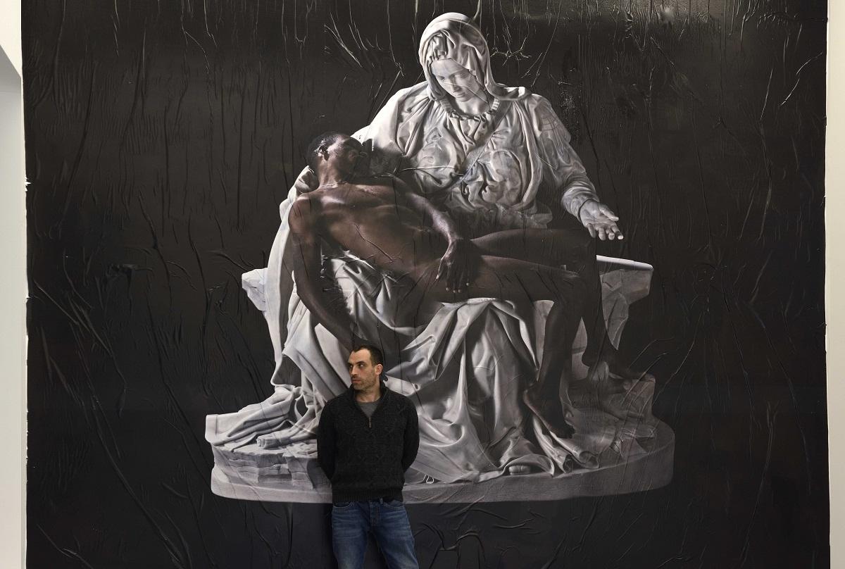 Fabio Viale dinanzi alla sua opera Lucky Hei, 2017. Foto Michele Alberto Sereni