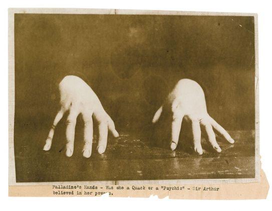 Fotografia delle mani di Eusapia Palladino. Collezione Tony Oursler