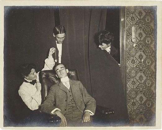 Fotografia di un uomo in stato di ipnosi, 1903. Collezione Tony Oursler