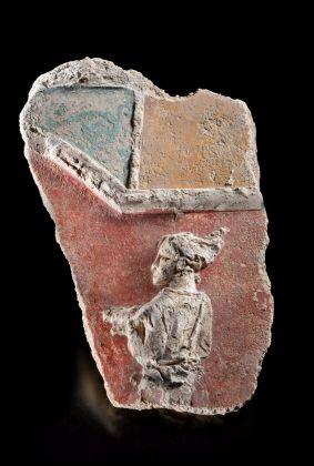Frammento di stucco figurato da una lussuosa villa del suburbio di Mutina, metà del I secolo d. C. ca. Da Modena, Via Scartazza, Cava Fossalta. Modena, Musei Civici