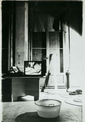 Giuseppe Chiari, L'acqua con tre specchi, 1979
