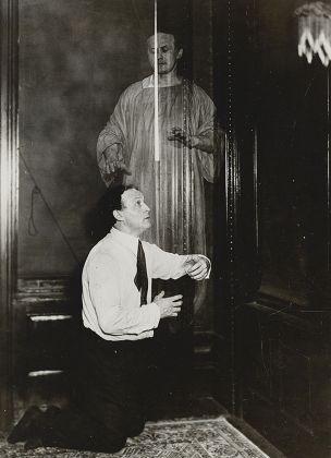Houdini in una fotografia di finti spiriti, scattata per dimostrare il metodo di doppia esposizione che sta dietro ai fenomeni delle fotografie spiritiche, 1920 ca. Collezione Tony Oursler