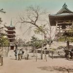 Il parco di Ueno, Tokyo, Giappone. 1870-1880, stampa all'albumina dipinta a mano, © Archivi Alinari, Firenze