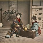 Kusakabe Kimbei, Due donne giapponesi mentre prendono il tè. 1890-1900, stampa all'albumina dipinta a mano, © Archivi Alinari, Firenze